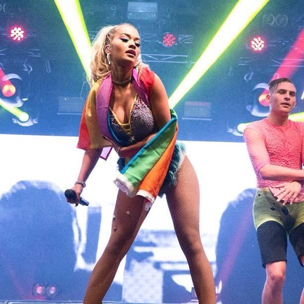 Певица Рита Ора обновила Инстаграм фотосессией топлесс