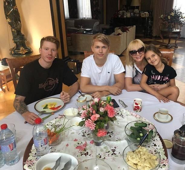 Кристина Орбакайте, наконец, собрала всех детей за одним столом