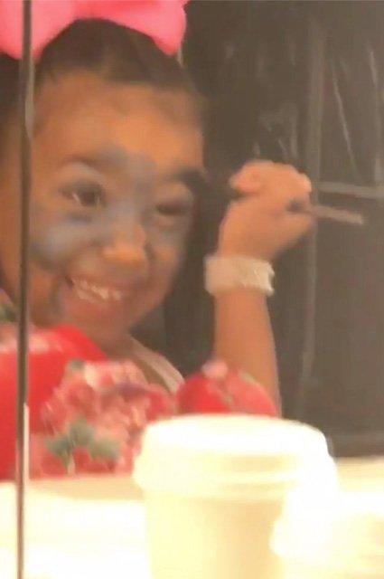 Ким Кардашьян использует 5-летнюю дочку для рекламы собственной косметики