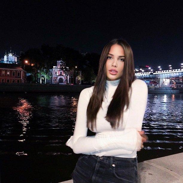 Анастасия Решетова показала прохожим московской набережной свои сексуальные формы