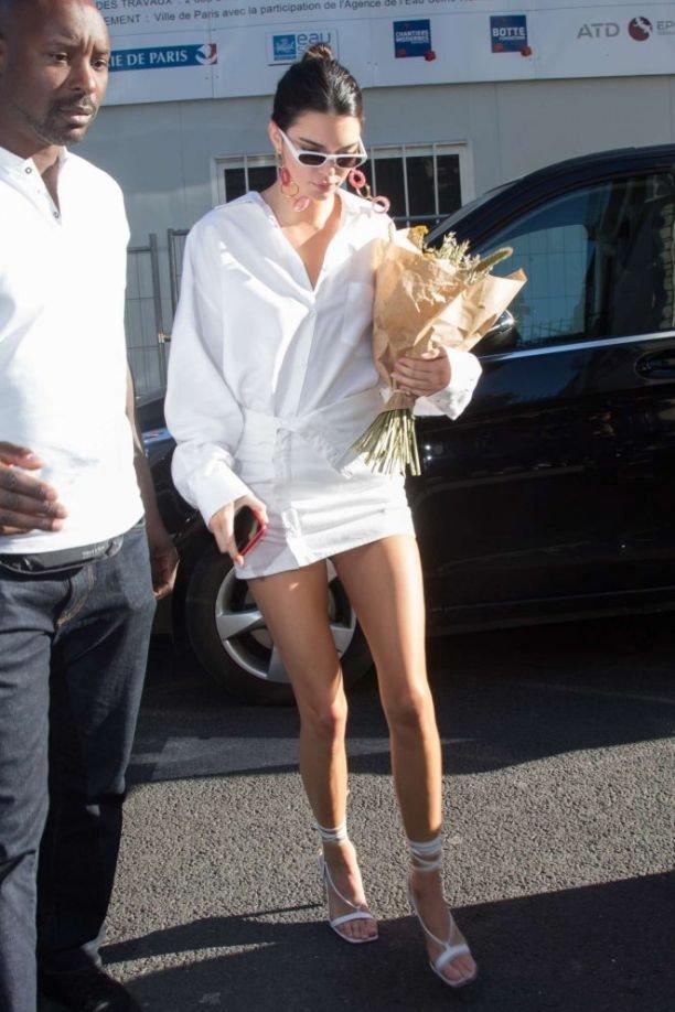 Кендалл Дженнер в белом наряде удивила парижских папарацци