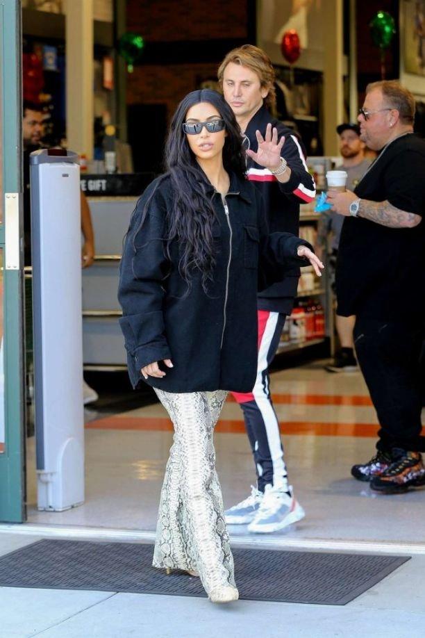 Ким Кардашьян надела анти-сексуальную толстовку и штаны со змеиным принтом