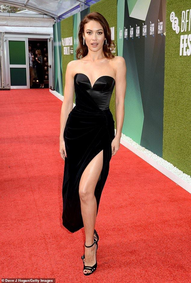 Ольга Куриленко появилась на премьере в платье с декольте и пикантным разрезом