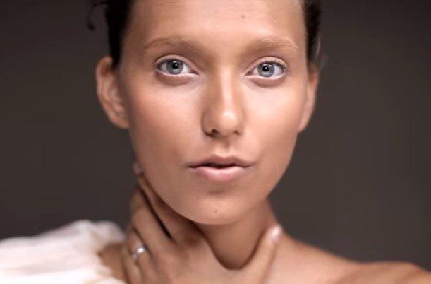 Беременная Регина Тодоренко смело садится на шпагат