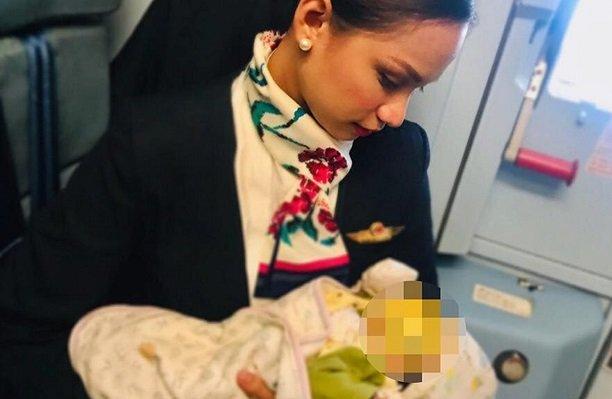 Стюардесса накормила грудью голодного малыша незнакомой женщины