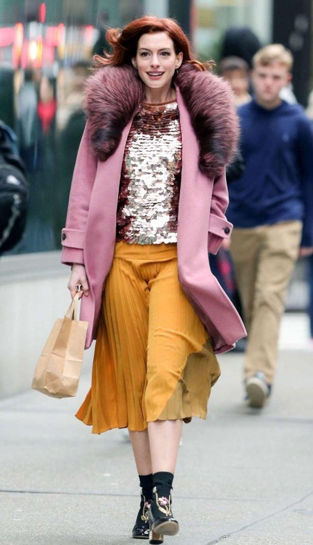 Энн Хэтэуэй прогулялась по Нью-Йорку в ярком наряде