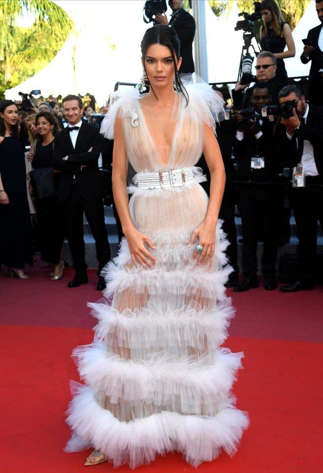 Кендалл Дженнер вышла в свет в прозрачном платье с разрезом