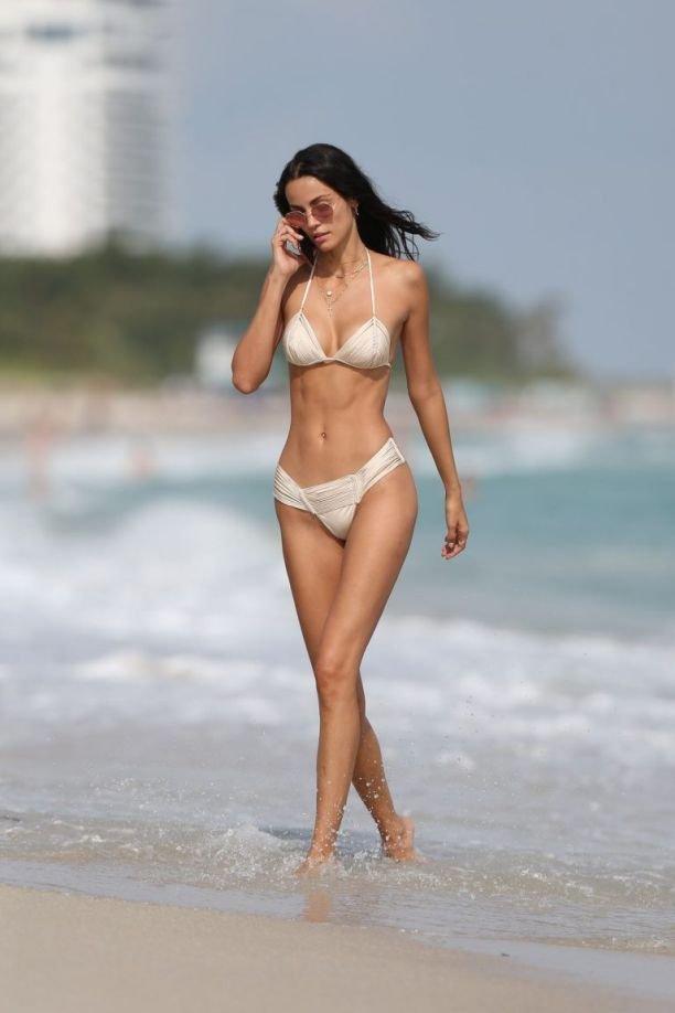 От сексуального тела Софии Рейсинг в бикини сложно отвести взгляд