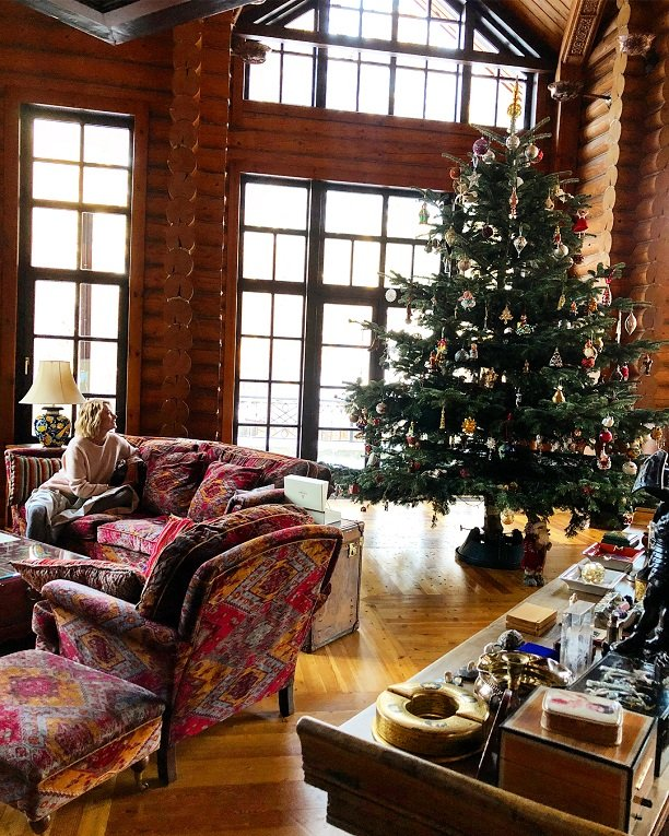 Юлия Высоцкая украсила дома  4-х метровую ёлку