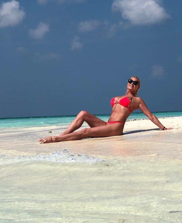 Анастасия Волочкова произвела фурор на пляже Мальдив (30 фото)