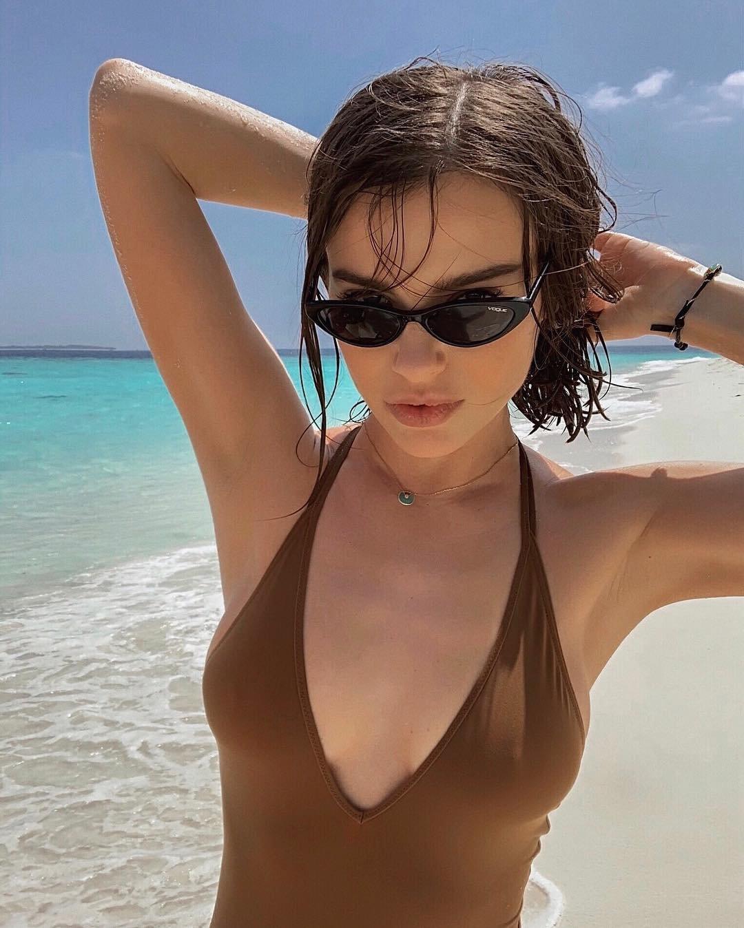 Елена Темникова обновила блог целой серией снимков в купальнике