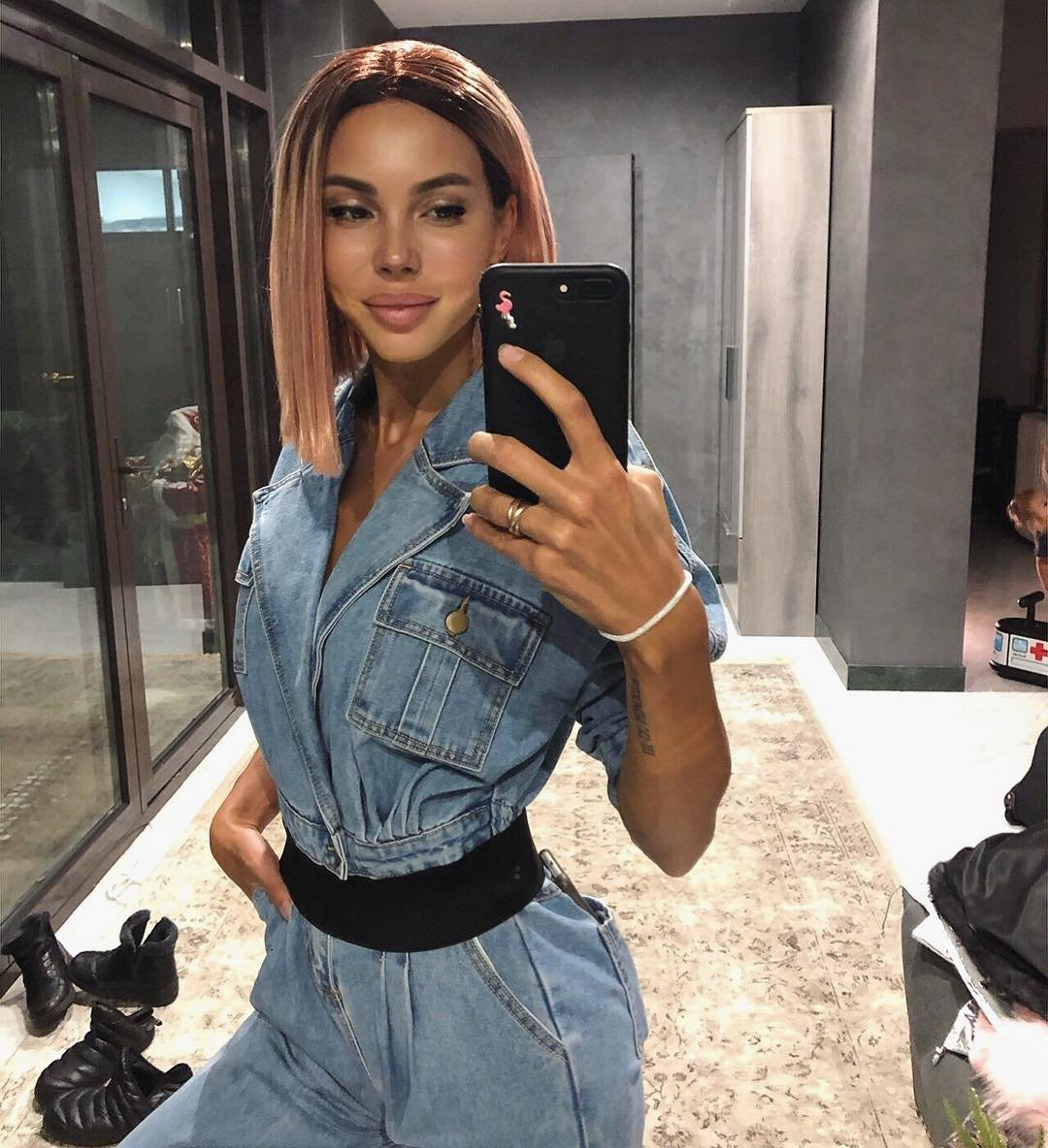 Оксана Самойлова кардинально сменила имидж, покрасив волосы в розовый цвет