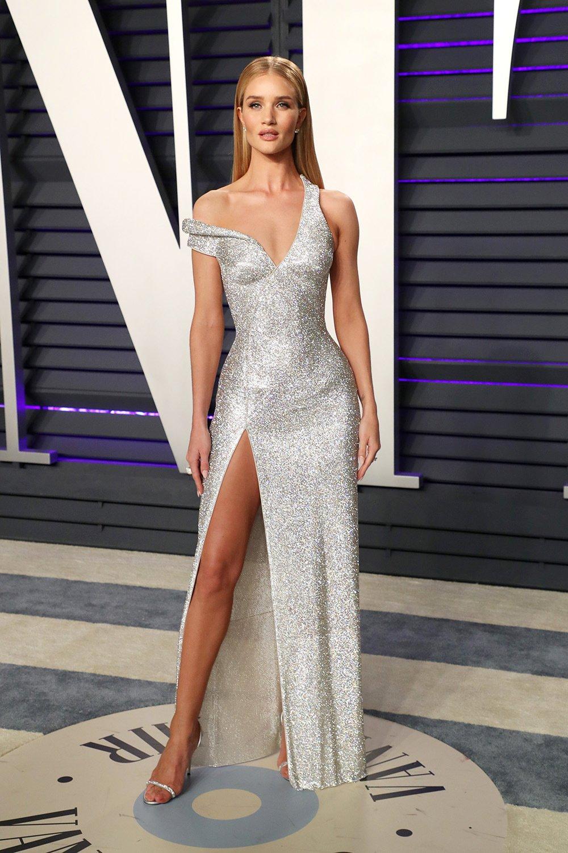 870e72df098 Вечеринка Vanity Fair  Кендалл Дженнер в откровенном платье без нижнего  белья и самые эффектные наряды