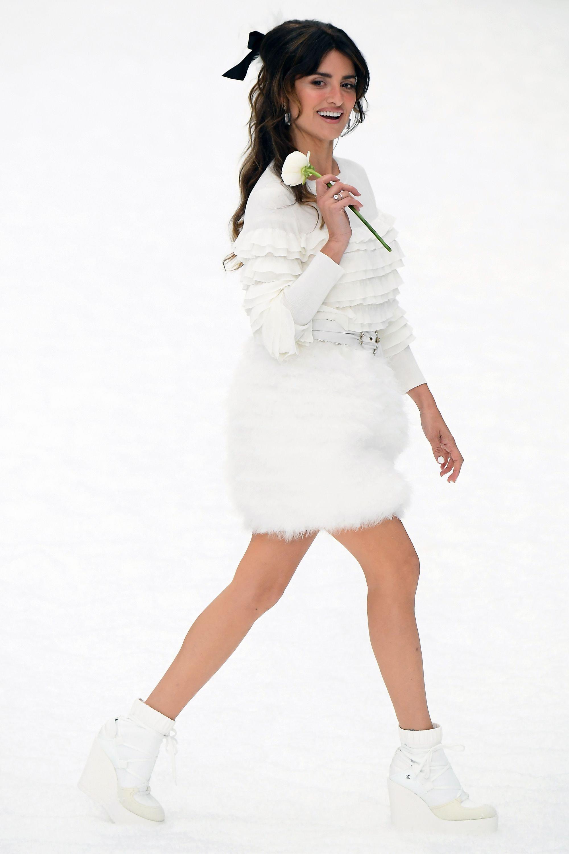 В память о Карле Лагерфельде: Пенелопа Крус впервые прошла по подиуму на показе Chanel