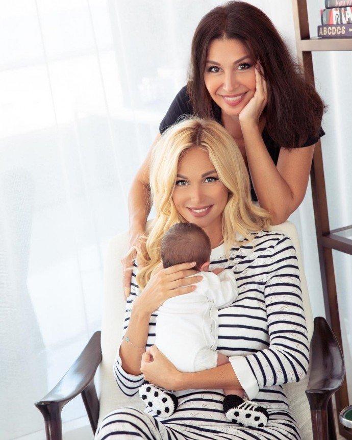 Виктория Лопырёва показала семейное фото с мамой и сыном