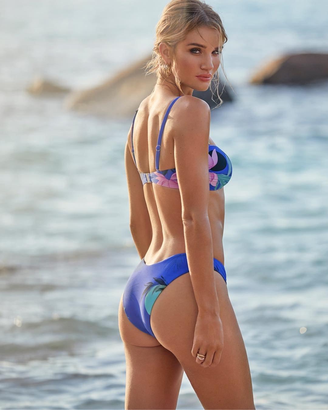 Рози Хантингтон-Уайтли показала фигуру в пляжной фотосессии