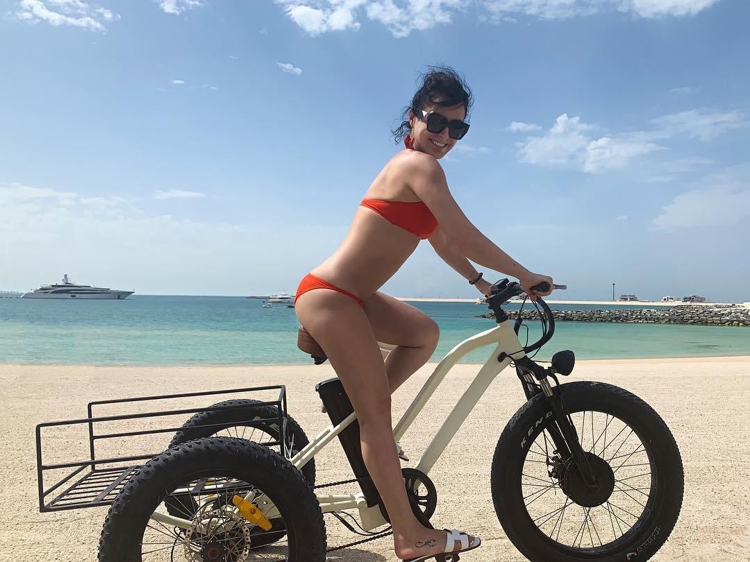 Тина Канделаки обновила блог пляжными фото в бикини