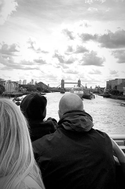 Отдых с семьёй: Рози Хантингтон-Уайтли и Джейсон Стэтхем с сыном в Лондоне
