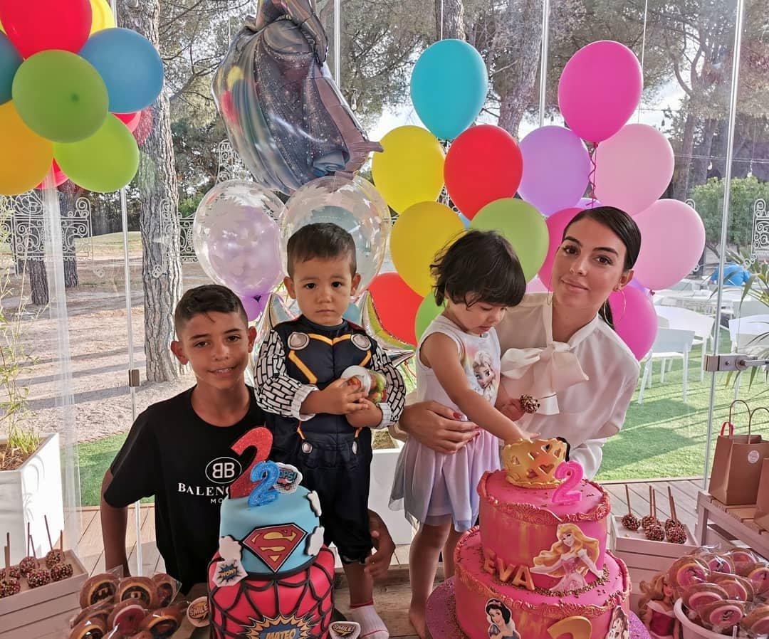 Отпуск для шестерых: Криштиану Роналду с невестой и детьми в Греции