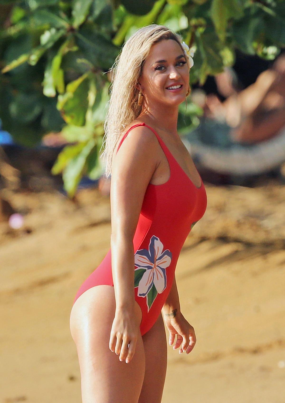 """Кэти Перри устроила """"горячую"""" пляжную фотосессию на Гавайях"""