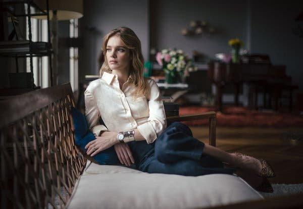 Наталья Водянова показала фигуру в винтажном белом бикини