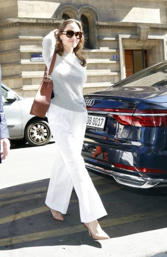 Образы Анджелины Джоли в Париже: от кружевной сорочки до стильного платья