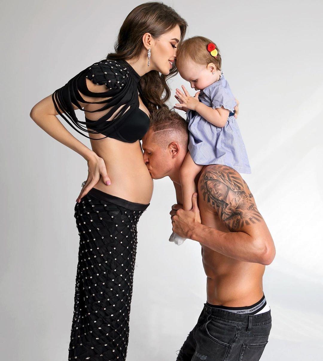 Беременная вторым малышом Анастасия Костенко с Дмитрием Тарасовым и Миланой снялись в фотосессии