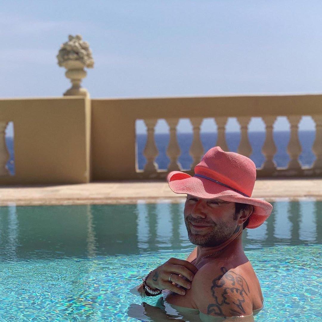 Андрей Малахов в розовой шляпе искупался в бассейне с рэпером Фараоном