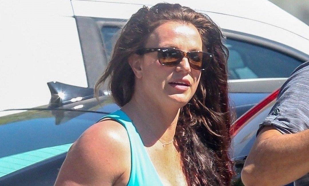 Бритни Спирс показала пышную грудь в топе с декольте