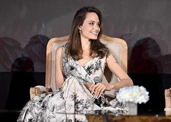 Анджелина Джоли в роскошном платье рассказала о новом фильме, детях и разводе