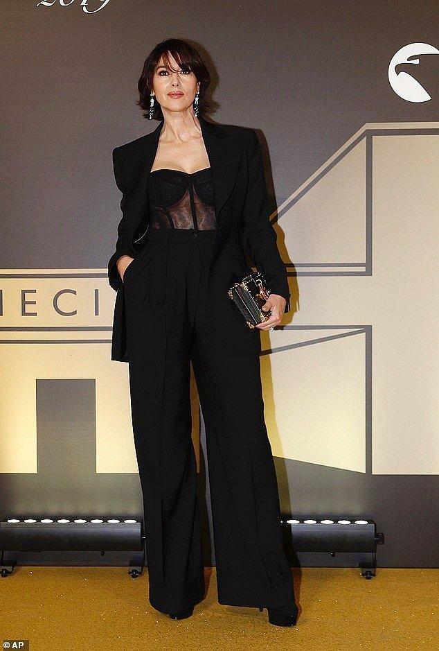 Выход в свет: Моника Беллуччи в соблазнительном наряде с новой прической