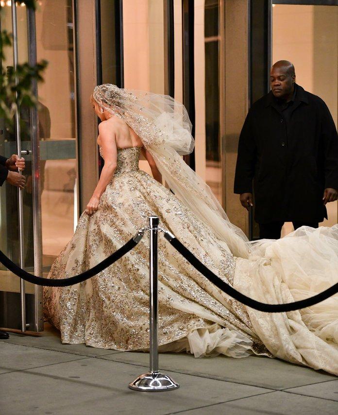 Дженнифер Лопес примерила свадебное платье