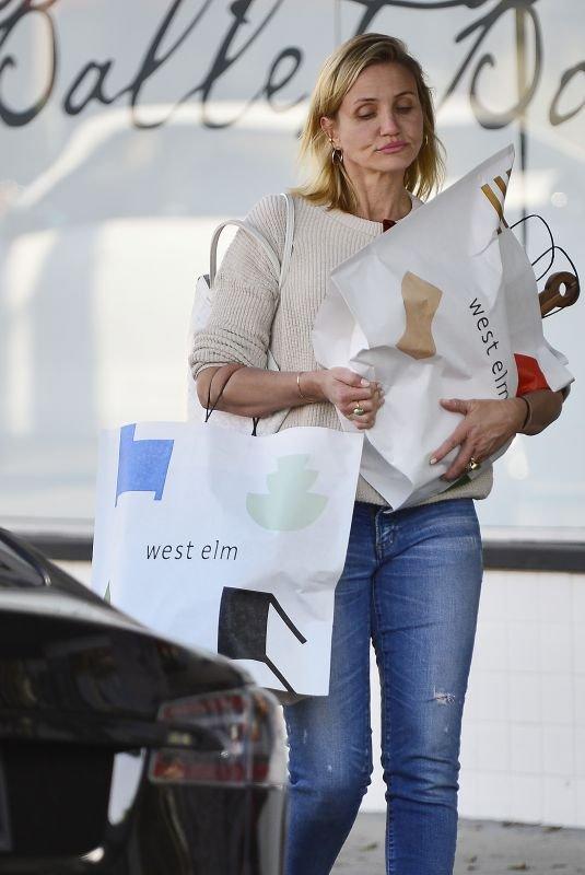 Повседневный образ: Кэмерон Диас без макияжа на шопинге в Лос-Анджелесе