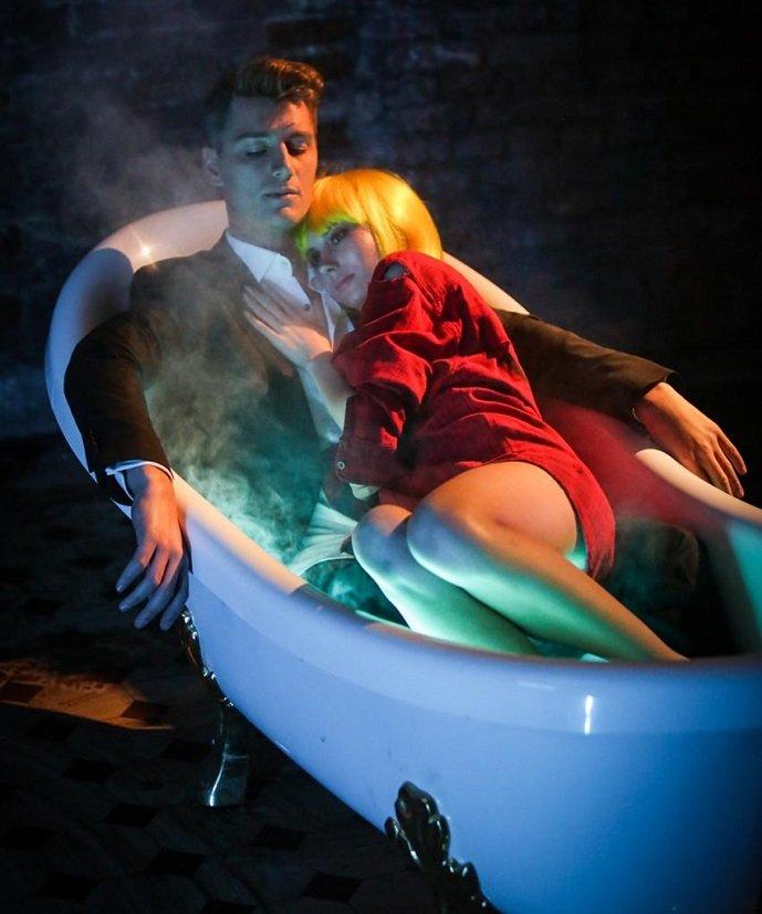 Новое видео Алексея Воробьева с красоткой в ванной появилось в сети