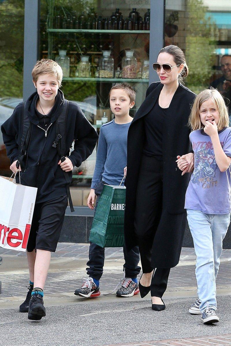 Дочь Анджелины Джоли и Брэда Питта официально поменяла имя на мужское