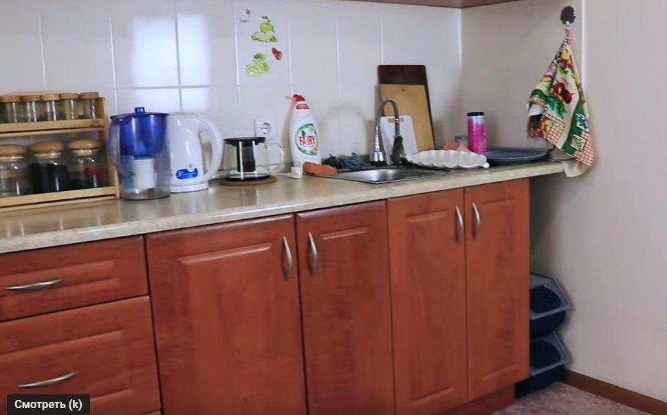 Из коричневого в синий: переделка и обновление кухни своими руками (видео)
