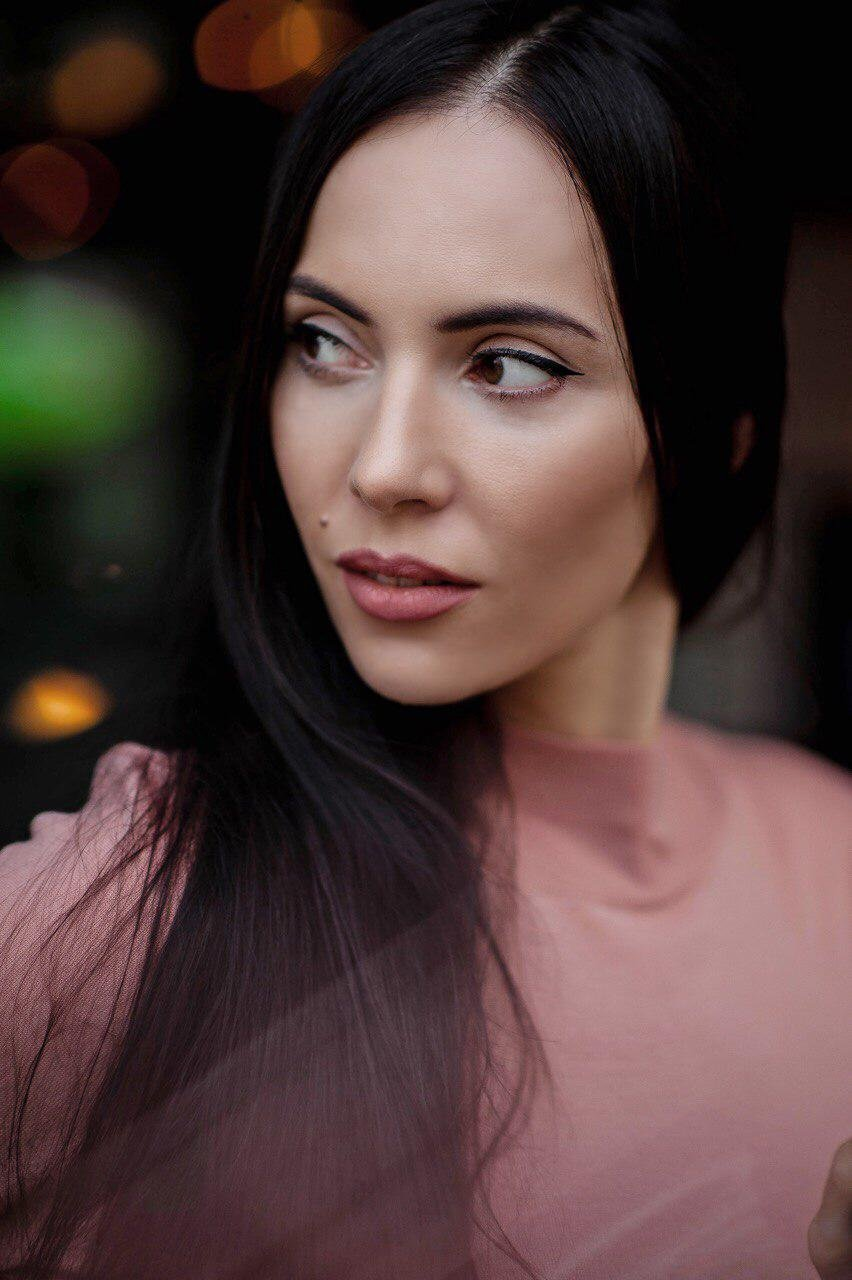 Оксана Косова рассказала, как прошла путь от капитана полиции до популярного блогера, исполняющего эстрадные песни