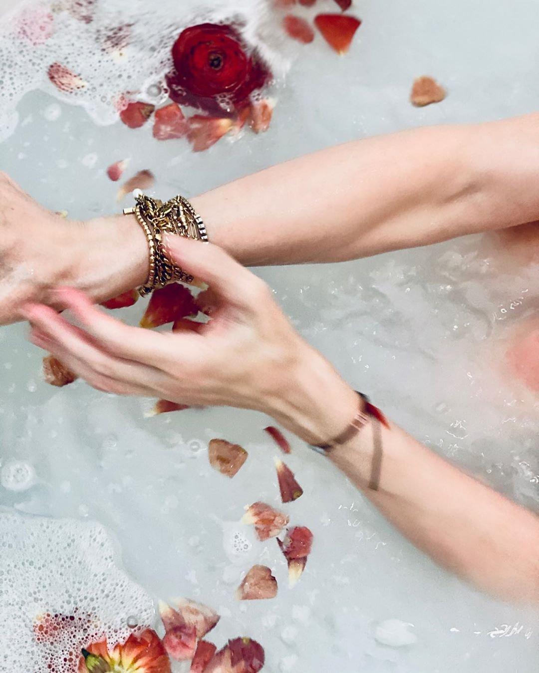 Голая Мадонна в ванной предложила поговорить о коронавирусе