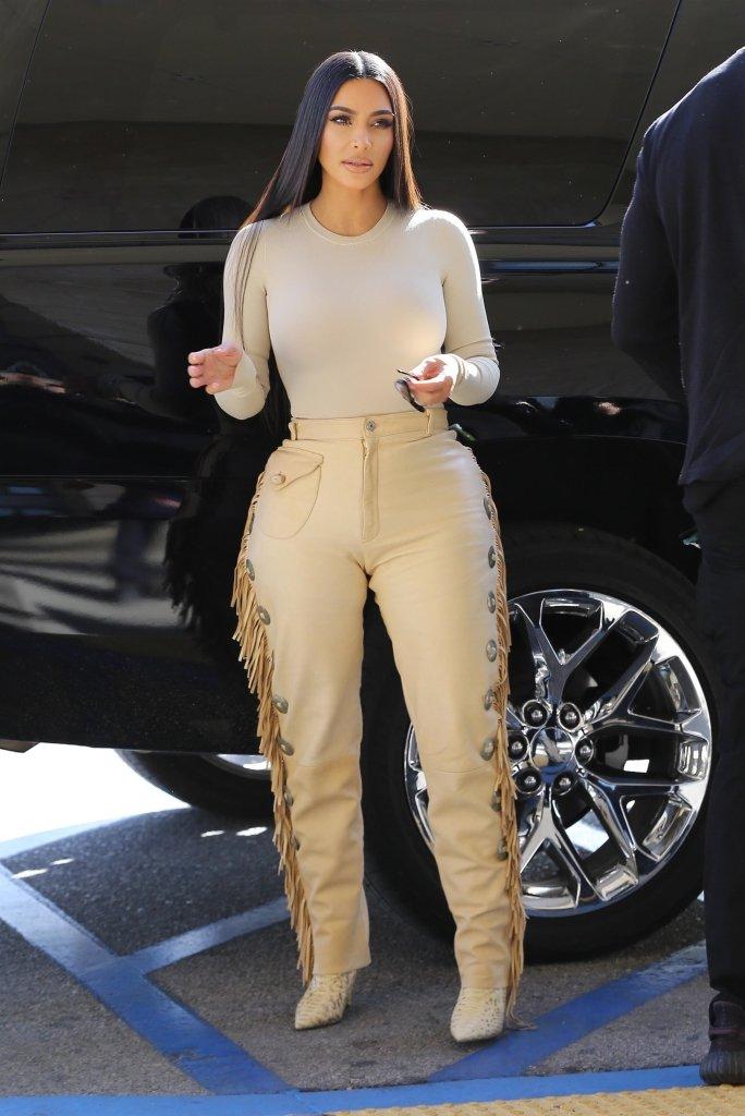 """Ким Кардашьян в кожаных штанах с бахромой показала огромную """"пятую точку"""""""