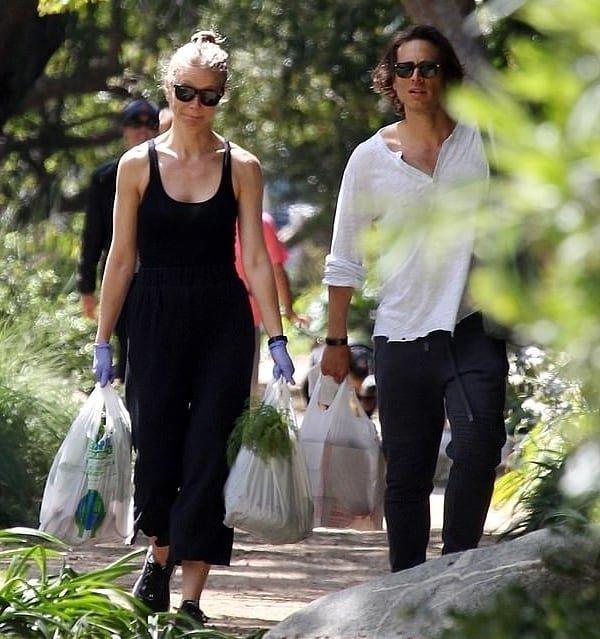 Гвинет Пэлтроу с мужем прогулялась по фермерскому рынку в перчатках