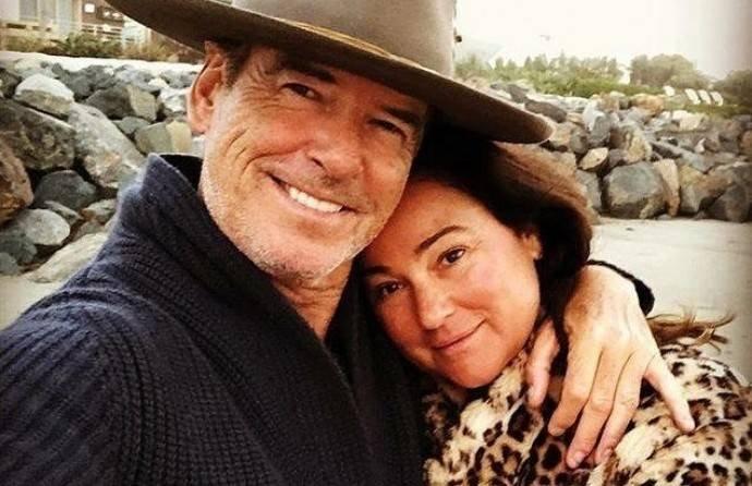 Папарацци сделали милые фото Пирса Броснана с женой на пляже