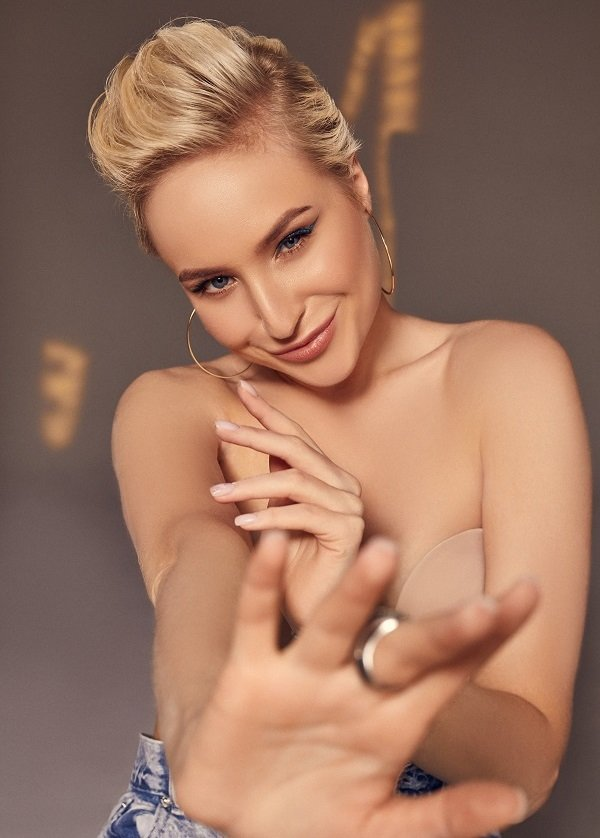 «Стараюсь ни о чем на жалеть»: участница шоу «Голос-2» Кристина Стельмах рассказала о том, кому посвящает все свои песни.