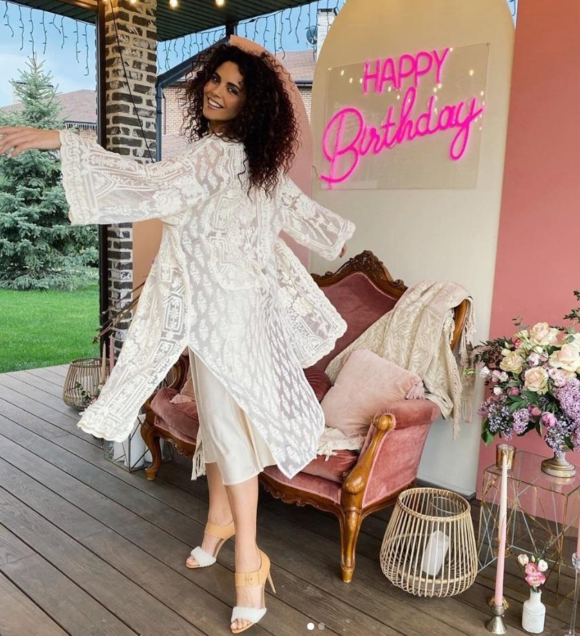 Настя Каменских отметила день рождения в платье свободного кроя