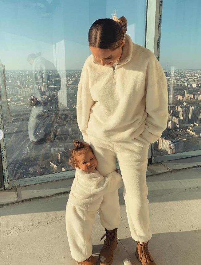 Ханна и Пашу с дочкой в плюшевых костюмах показали жильё в Москва-Сити