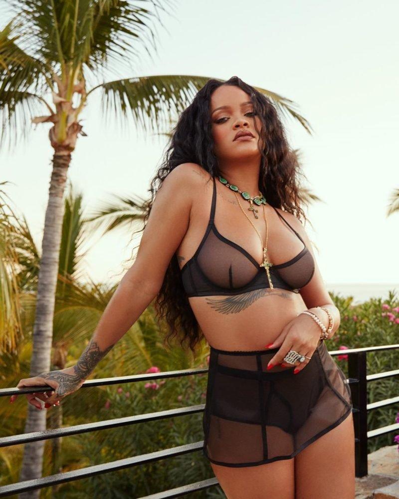 Рианна отметила двухлетие своего бренда нижнего белья пикантными снимками