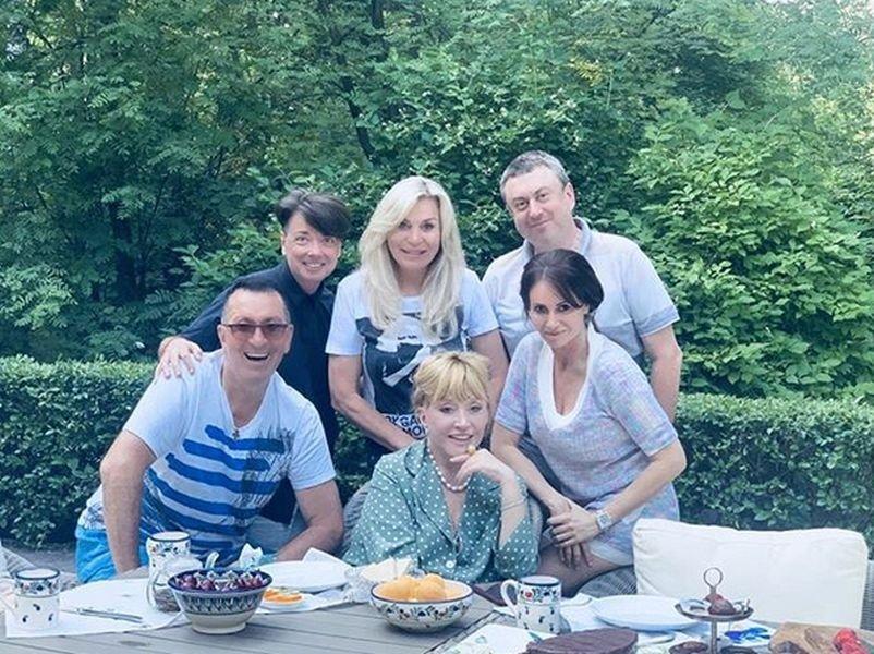 Алла Пугачёва обновила блог солнечным снимком на лугу