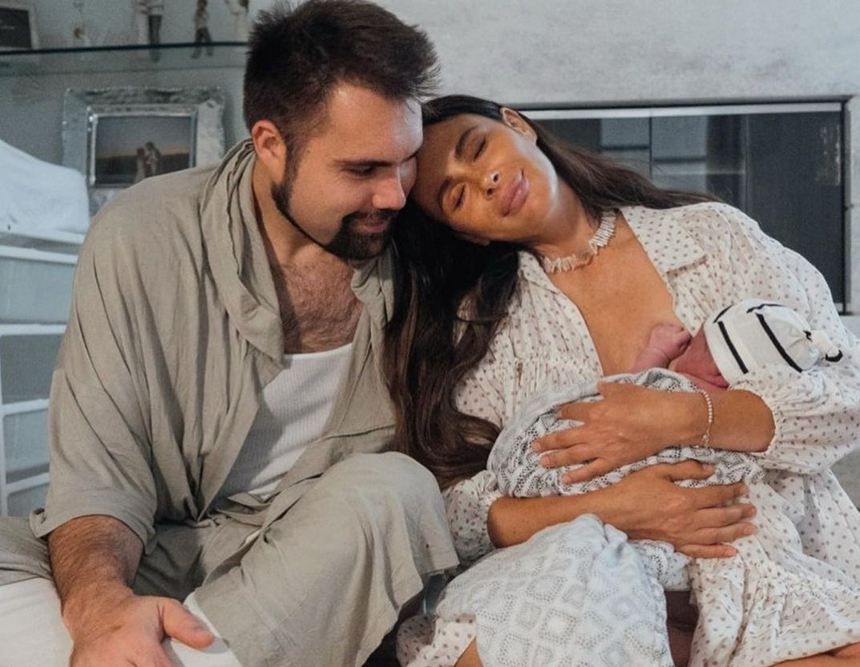 Саша Зверева стала мамой в четвёртный раз и выложила фотоотчёт о родах