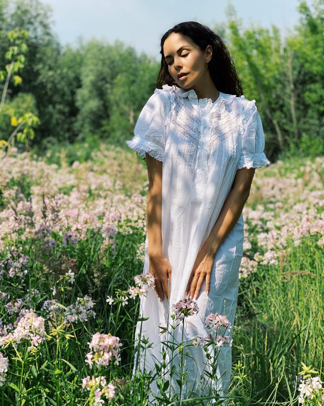 Настя Каменских сделала откровенную фотосессию в белой сорочке в деревне