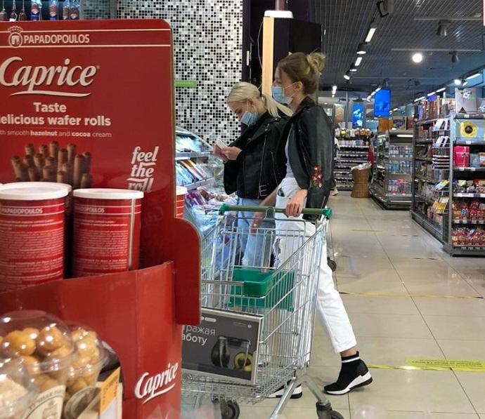 После приключений на вечеринке Диану Шурыгину и блогера Викторию Ляхоцкую застукали в супермаркете