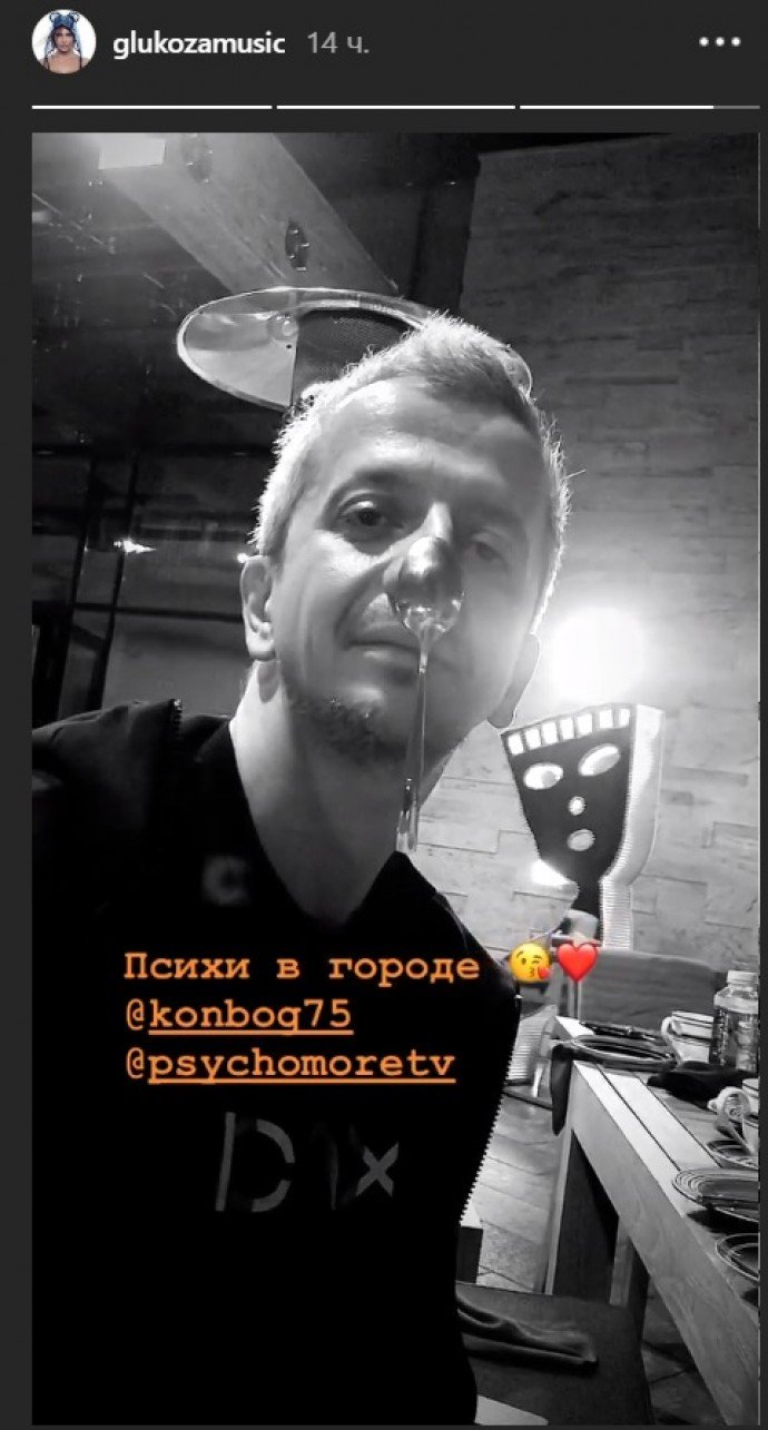 Константин Богомолов показал Глюкозе свои таланты за столиком в ресторане